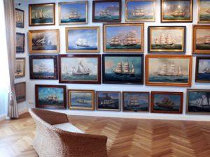 Windjammer-Museum: Kapitaensbilder im Erdgeschoss